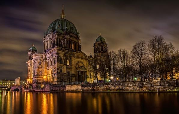 Картинка свет, деревья, ночь, город, река, Германия, Deutschland, Берлин, Berlin, Берлинский кафедральный собор, Berliner Dom, Шпрее, …