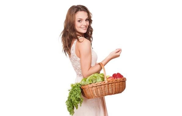 Картинка зелень, девушка, красный, яблоки, платье, белый фон, перец, шатенка, фрукты, стоит, красивая, овощи, в белом, …
