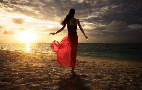 Картинка песок, пляж, небо, вода, солнце, облака, поза, Девушка, платье