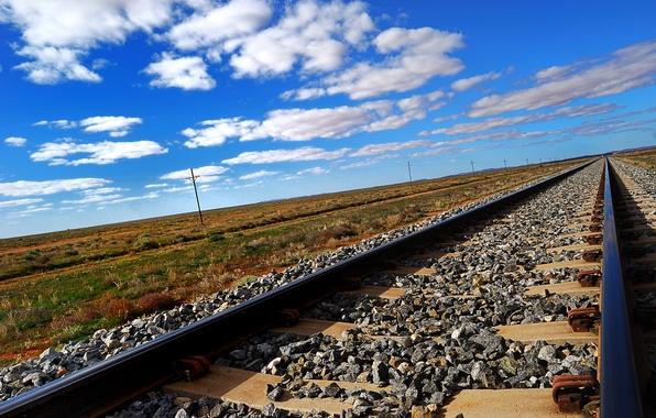 Картинка небо, облака, степь, рельсы, железная дорога, шпалы, щебень