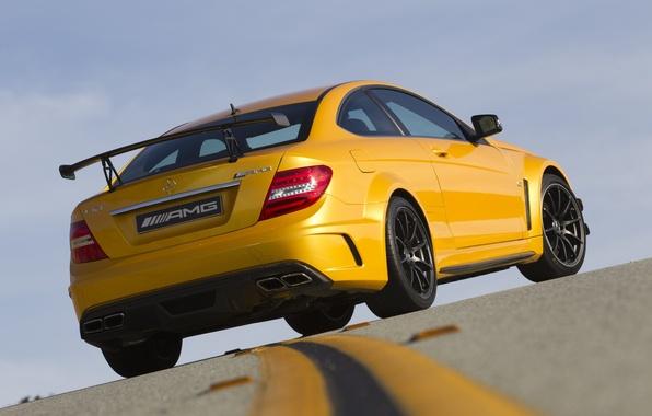Картинка небо, желтый, разметка, суперкар, мерседес, вид сзади, AMG, гоночный трек, Mercedes-benz, амг, Coupе, ц63, Black ...