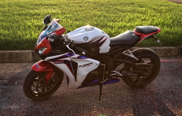 Картинка белый, трава, газон, тень, white, honda, вид сбоку, bike, хонда, supersport, cbr1000rr, сибиар