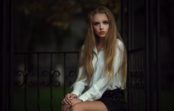 Приятная девушка в юбке