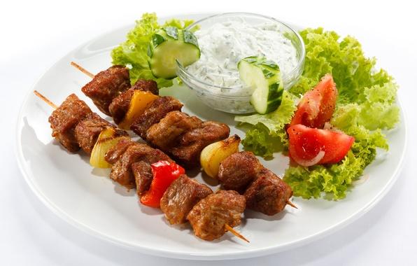 Картинка лук, тарелка, мясо, перец, помидоры, соус, шашлык, огурцы, салат