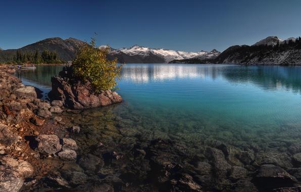Фото обои камни, небо, снег, елки, горы, склон, деревья, озеро, вода, канада, пейзаж, скалы, гарибальди, лес