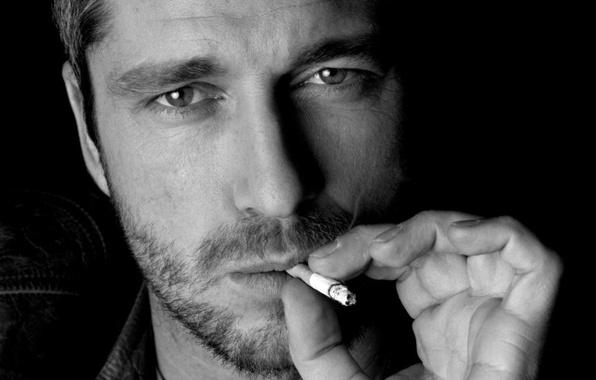 Картинка лицо, сигарета, мужчина, актёр, щетина, Чёрно-белое, Джерард Батлер