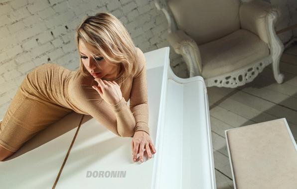 Картинка белый, девушка, поза, комната, стена, кирпич, кресло, макияж, фигура, платье, рояль, блондинка, пианино, photographer, Denis …