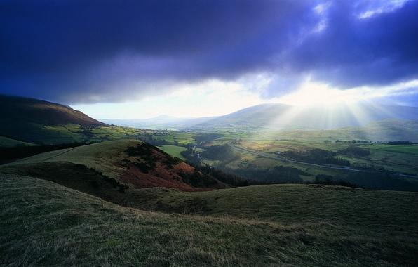 Картинка небо, солнце, облака, лучи, река, холмы, долина, горизонт