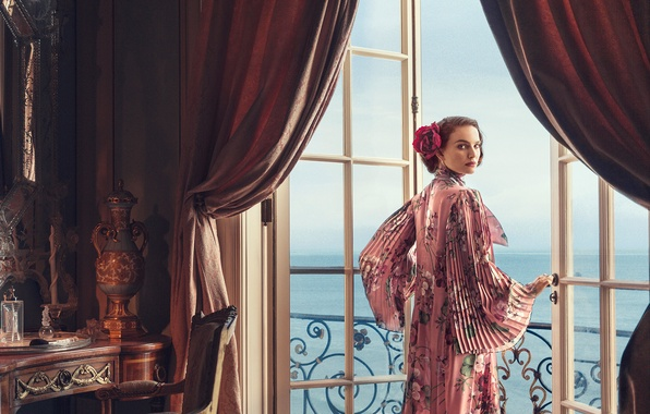 Картинка море, взгляд, стиль, комната, вид, интерьер, двери, платье, актриса, брюнетка, прическа, фотограф, балкон, Natalie Portman, …