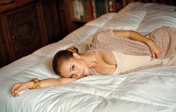 Картинка взгляд, девушка, кровать, актриса, Hayden Panettiere, блондинка, браслет, 1920x1200, wallpapers, Хайден Панеттьери