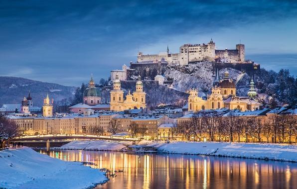 Картинка зима, снег, пейзаж, мост, река, замок, гора, дома, вечер, Австрия, крепость, набережная, Salzburg, дворцы, Hohensalzburg