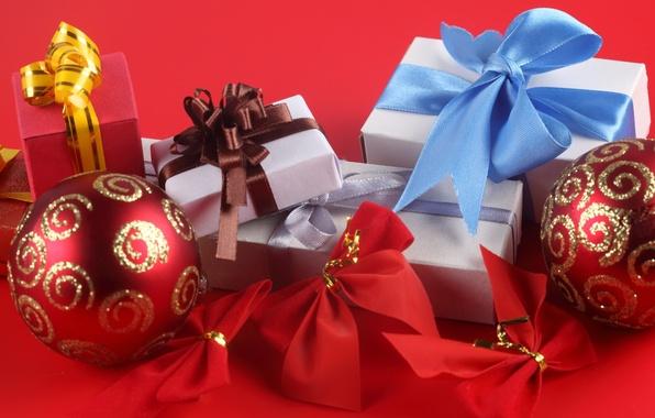 Картинка красный, праздник, голубой, узоры, новый год, подарки, new year, коричневый, серпантин, красный фон, коробки, упаковки, …