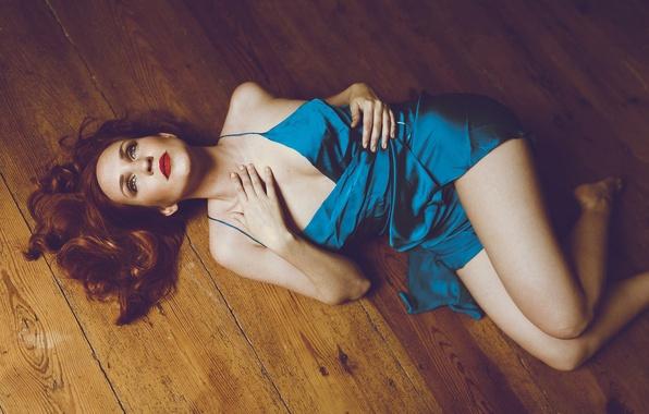 Картинка девушка, пол, лежит, ножки, ночнушка