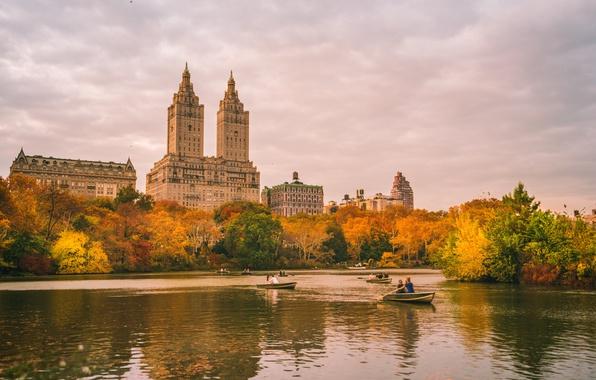 Картинка осень, небо, облака, деревья, озеро, отражение, люди, листва, Нью-Йорк, лодки, зеркало, Центральный парк, Соединенные Штаты