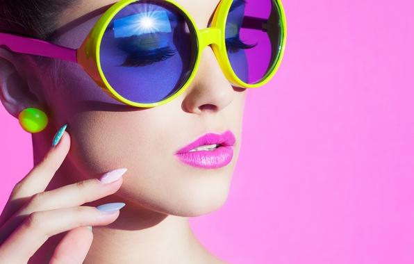 Картинка девушка, лицо, ресницы, стиль, фон, серьги, руки, макияж, очки, шея