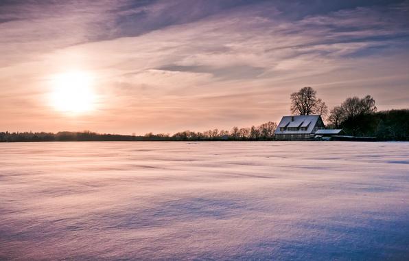 Картинка зима, небо, солнце, облака, снег, деревья, природа, дом, фон, дерево, обои, wallpaper, домик, широкоформатные, winter, …