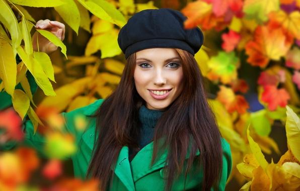 Картинка осень, листья, девушка, радость, природа, улыбка, листва, желтые, шатенка, пальто, берет