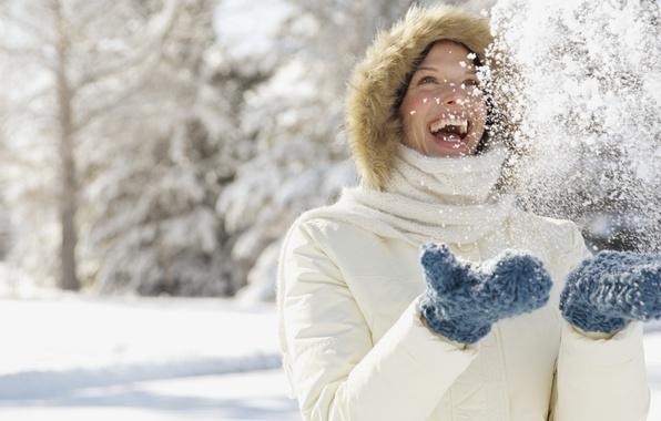 Картинка зима, девушка, снег, радость, снежинки, природа, улыбка, настроения, смех, руки, перчатки