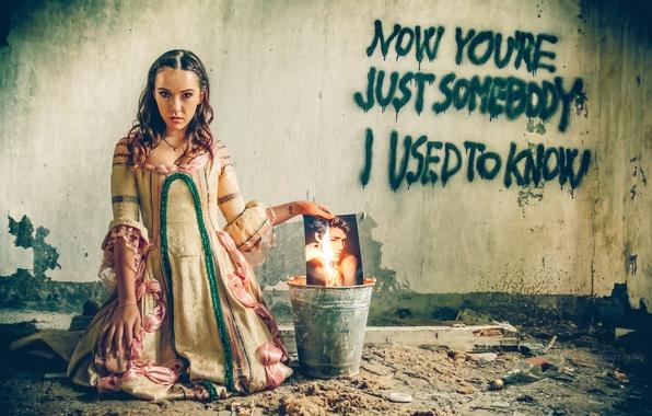 Картинка девушка, стена, огонь, надпись, фотография, платье, ведро