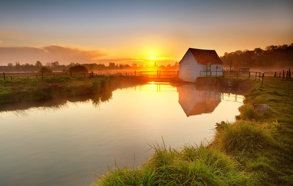 Картинка трава, закат, озеро, дом, пруд, отражение, забор, вечер, деревня