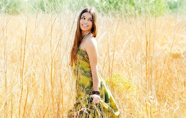 Картинка поле, глаза, взгляд, листья, девушка, украшения, природа, улыбка, фон, ситуации, растение, макияж, платье, широкоформатные, полноэкранные, …