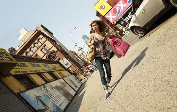 Картинка девушка, креатив, улица, юмор, искажение, наклон, сумки, romain laurent, роман лорен, пешеход
