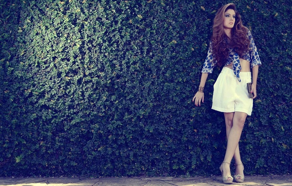 Картинка девушка, поза, шорты, блузка, локоны