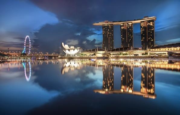 Картинка небо, облака, ночь, lights, огни, небоскребы, подсветка, Сингапур, архитектура, синее, мегаполис, sky, blue, night, clouds, …