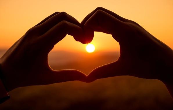 Картинка небо, девушка, солнце, любовь, закат, фон, настроения, сердце, руки, girl, love, сердечко, sunset