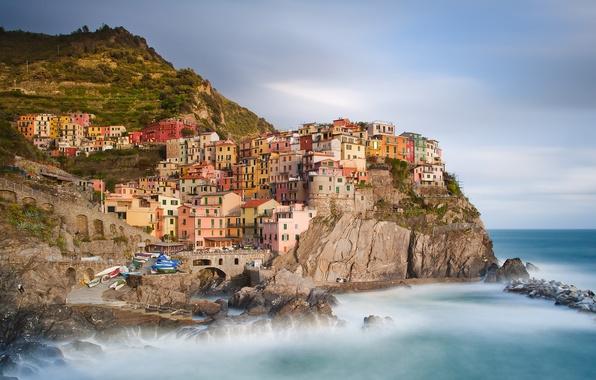 Картинка пейзаж, природа, город, камни, скалы, берег, побережье, здания, дома, лодки, Италия, Italy, Лигурийское море, Manarola, ...
