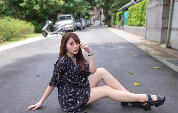 Картинка дорога, взгляд, лицо, платье, ножки, азиатка, сидит