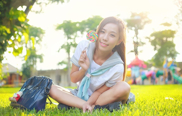 Картинка лето, трава, девушка, радость, лицо, улыбка, волосы, сладость