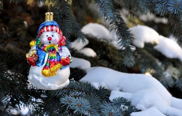 Картинка зима, снег, иголки, ветки, природа, игрушка, елка, ель, снеговик, Christmas, праздники, New Year