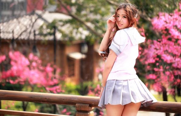 Фото обои восточная девушка, улыбка, ножки, юбочка