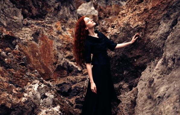 Картинка девушка, камни, платье, в чёрном