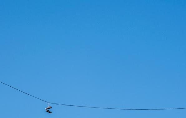 Картинка небо, минимализм, кроссовки