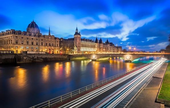 Картинка дорога, мост, город, огни, река, замок, Франция, Париж, вечер, выдержка, Paris, France, La Conciergerie, Консьержери, …