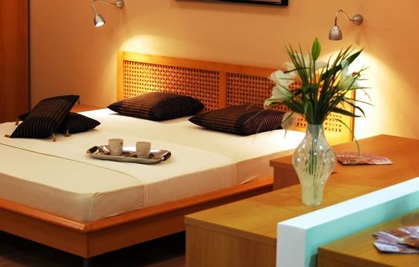 Картинка свет, цветы, оранжевый, дизайн, стиль, лампы, комната, кровать, интерьер, подушки, деревянный, ваза, кружки, коричневый, спальня, …
