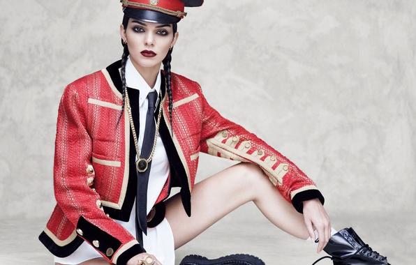 Картинка красный, поза, модель, макияж, ботинки, брюнетка, прическа, галстук, косички, рубашка, ножки, пиджак, сидит, фуражка, на …