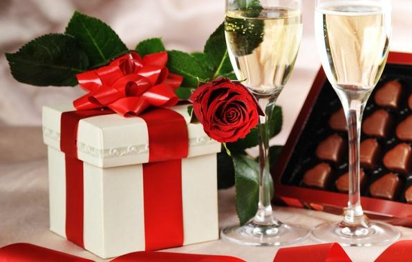 Картинка коробка, подарок, роза, бокалы, конфеты, лента, сердечки, Праздник, шампанское, День Святого Валентина, День рождения, шоколодные