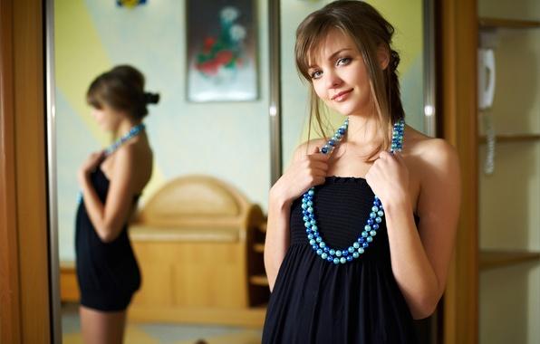 Картинка взгляд, девушка, улыбка, картина, платье, зеркало, бусы, шатенка, локоны, amelie