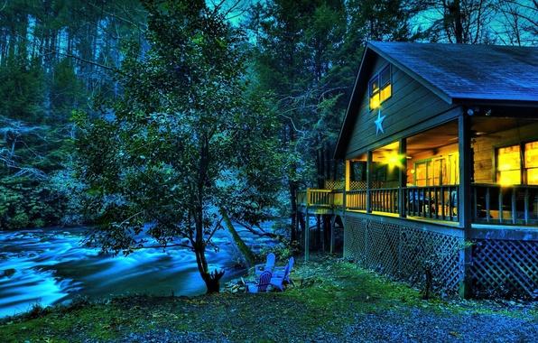 Картинка лес, трава, листья, вода, свет, природа, ручей, дерево, звезда, стулья, вечер, кресла, домик, речка, сумерки, …