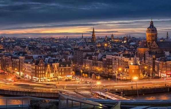 Картинка закат, огни, река, дороги, дома, вечер, Амстердам, фонари, канал, Нидерланды, набережная, улицы