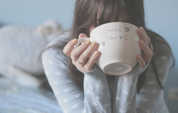 Картинка девушка, фон, надпись, настроения, сердце, кровать, размытие, руки, брюнетка, кольцо, кружка, чашка, сердечки, пальцы, кофта, …