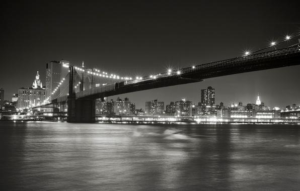 Картинка ночь, город, огни, пролив, Нью-Йорк, освещение, черно-белое, USA, США, Бруклинский мост, Манхэттен, New York, Manhattan, …