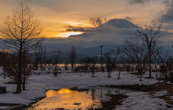 Картинка небо, вода, облака, снег, деревья, гора, Зима