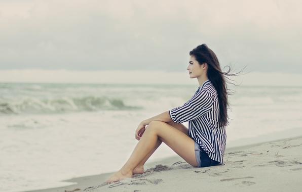 Картинка песок, пляж, девушка, поза, ветер, брюнетка, профиль, сидит