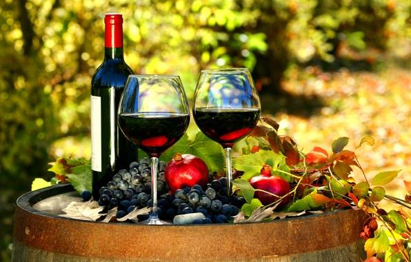 Картинка осень, листья, вино, красное, бутылка, бокалы, виноград, бочка, гранаты