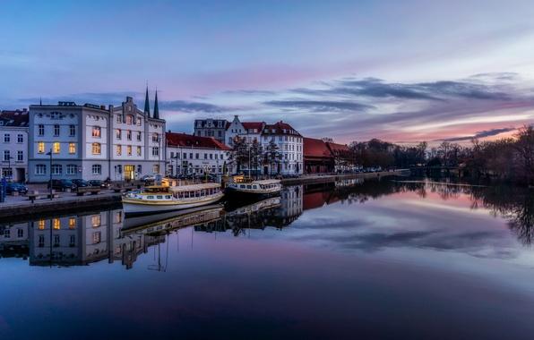Картинка небо, вода, облака, деревья, закат, город, гладь, отражение, река, здания, дома, вечер, Германия, порт, Любек, …