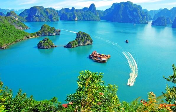 Картинка небо, острова, облака, скалы, растительность, яхты, Вьетнам, залив Халонг, прогулочные катера, джонки